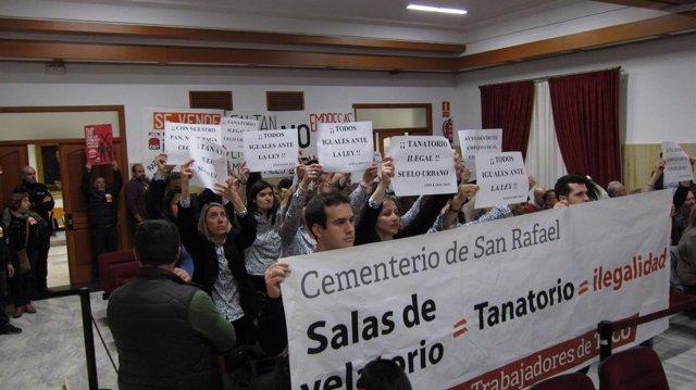 Protesta de empleados de Tanatorios de Córdoba en el Pleno
