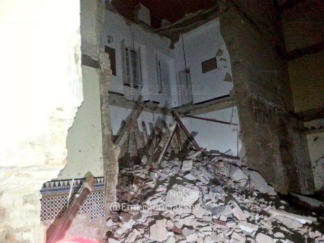 Derrumbe de una vivienda en la calle Doña María Coronel