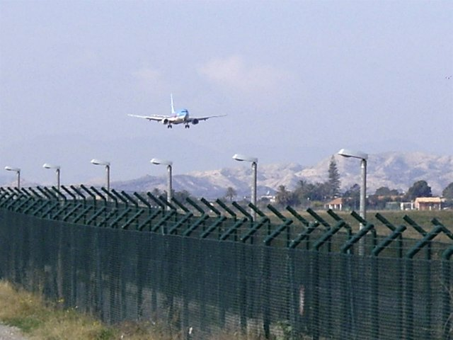 Avión A Punto De Aterrizar En El Aeropuerto De El Altet en imagen de archivo
