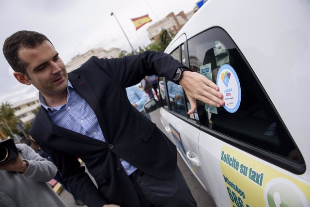 El alcalde de Almería pone en un taxi una peganita de la Capitalidad Gastronómic