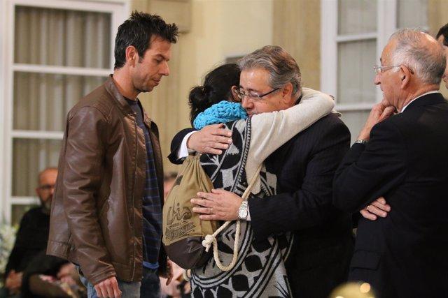 Juan Ignacio Zoido junto a los padres de Gabriel
