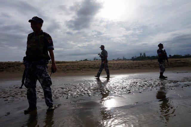 Soldados en Rajine, Birmania