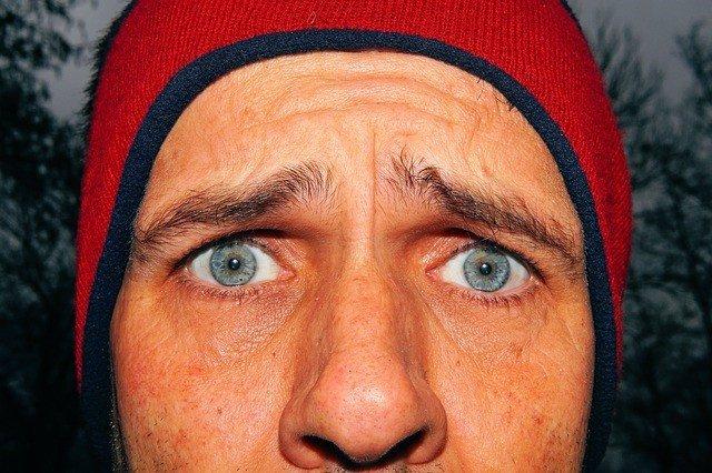 Cejas, ojos azules, nariz