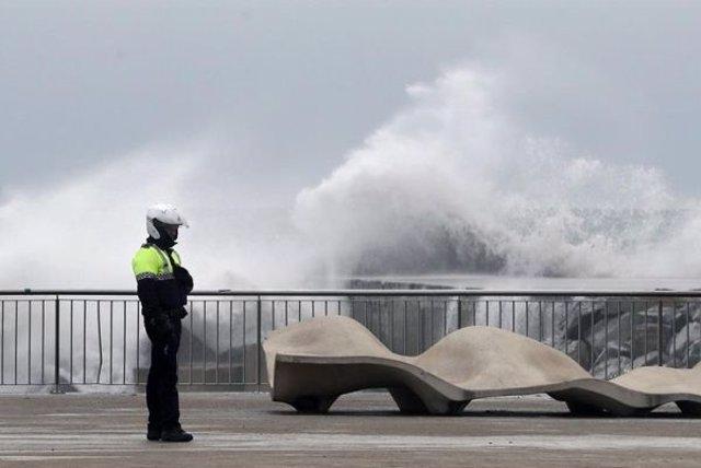 Agente de la Guardia Urbana en el litoral de Barcelona