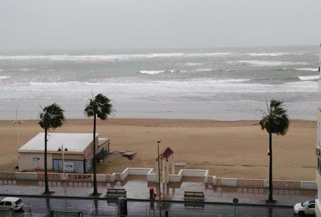 Playa de Cádiz capital azotada por el temporal
