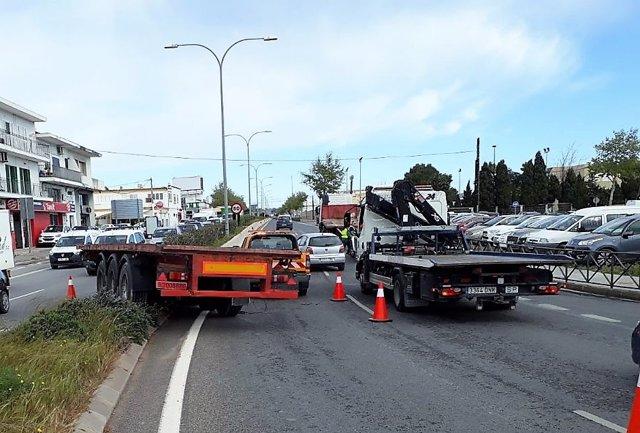 Plataforma del camión que ha provocado el cierre de varios carriles