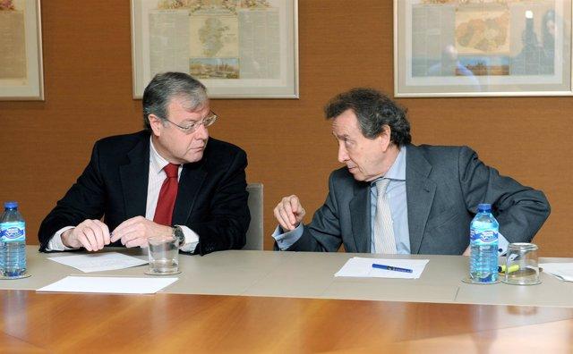 Silván y De Santiago-Juárez conversan durante la reunión, 11-4-18