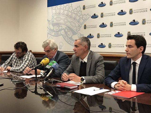 Los portavoces de PSOE y PRC, el concejal de IU y Mantecón en rueda de prensa