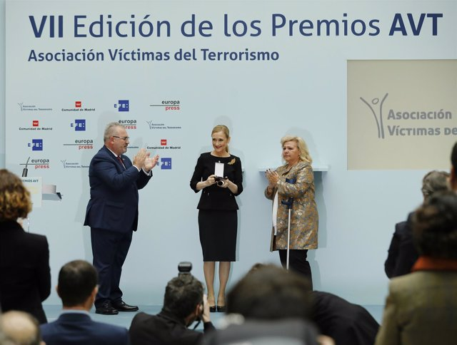 Aplauden a Cristina Cifuentes en la entrega de los premios de la AVT