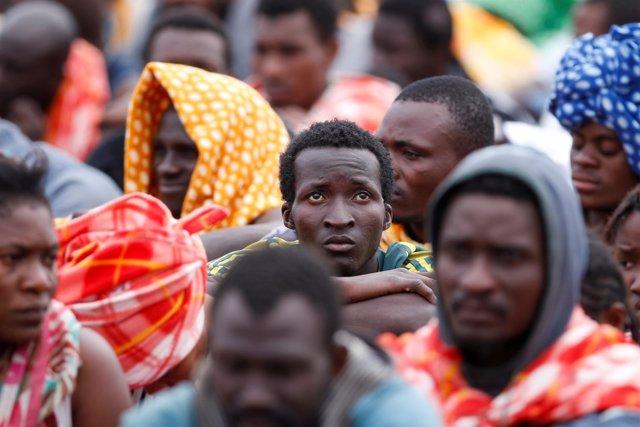 Foto de archivo de refugiados llegando a Italia.