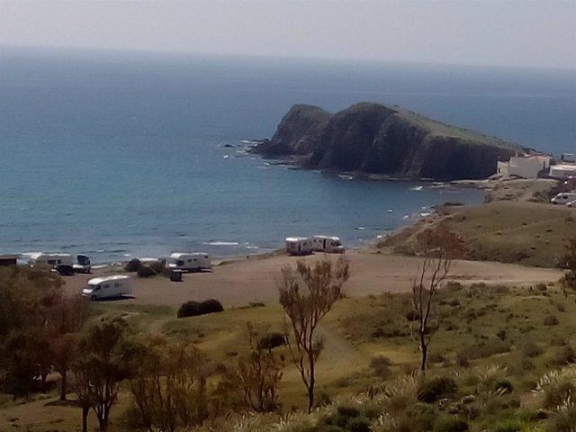 Caravanas en La Isleta del Moro, en Cabo de Gata.