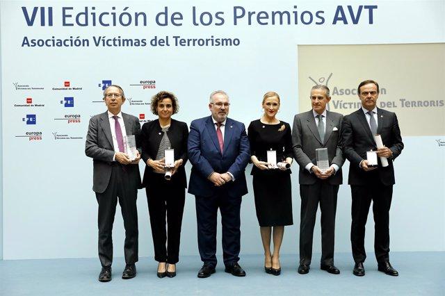 Foto de familia de los premios de la AVT con Cristina Cifuentes