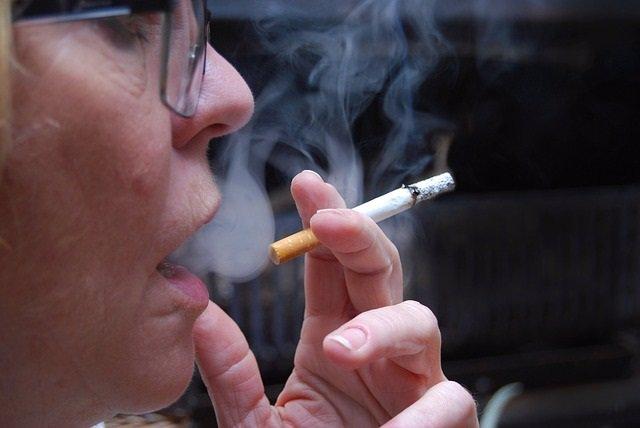 Imagen de una mujer fumando.
