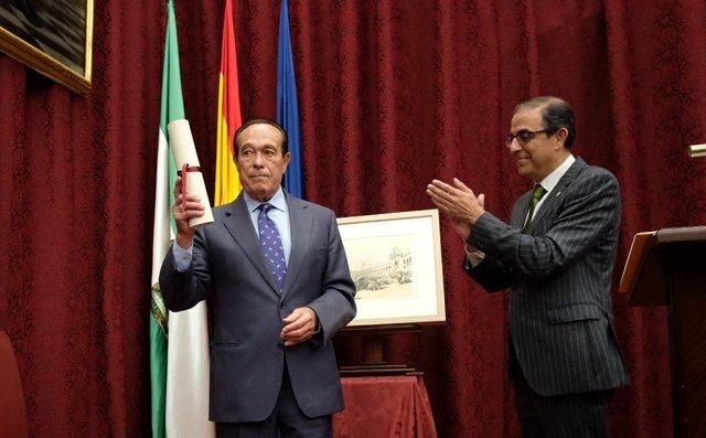 Curro Romero agradece el premio a la Hispalense en presencia de su rector