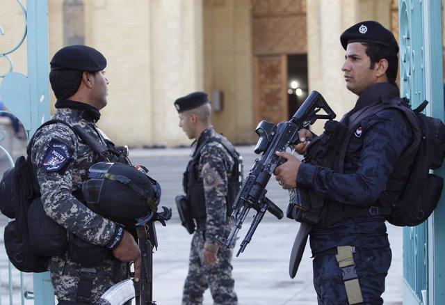 Policías iraquíes