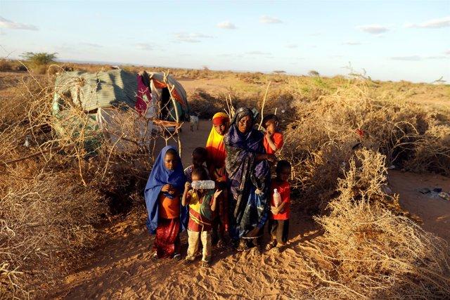 Una mujer desplazada con sus hijos en Somalilandia