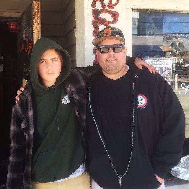 Jimmy Gilleece junto a Rivers, el chico al que acogió en su casa al robar anillo