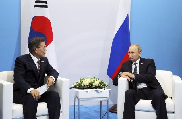 El presidente de Rusia, Vladimir Putin (D), con el presidente de Corea del Sur