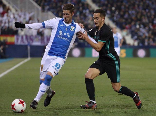 Rubén Pérez, del Leganés, conduce un balón ante Lucas Vázquez