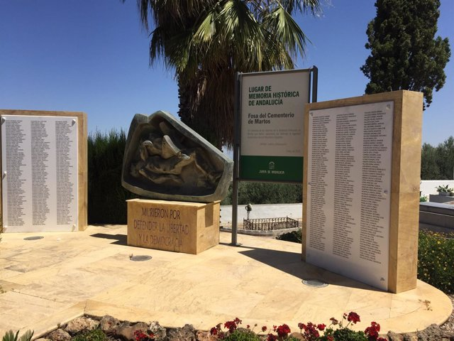 Monumento en memoria de las víctimas del franquismo en el cementerio de Martos.