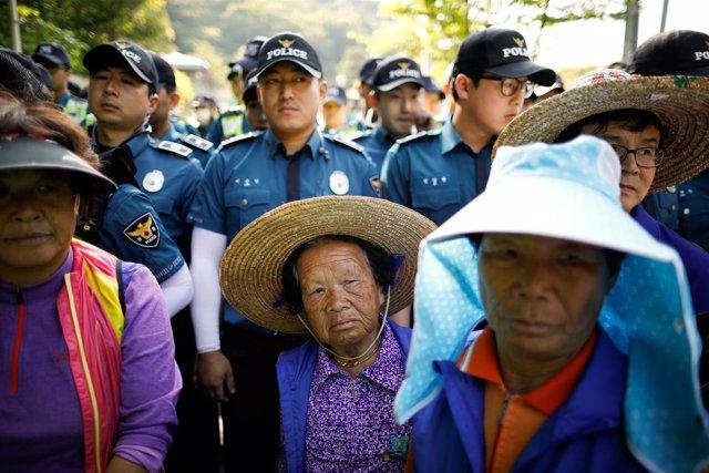 Manifestantes contrarios al sistema THAAD ante policías en Seongju