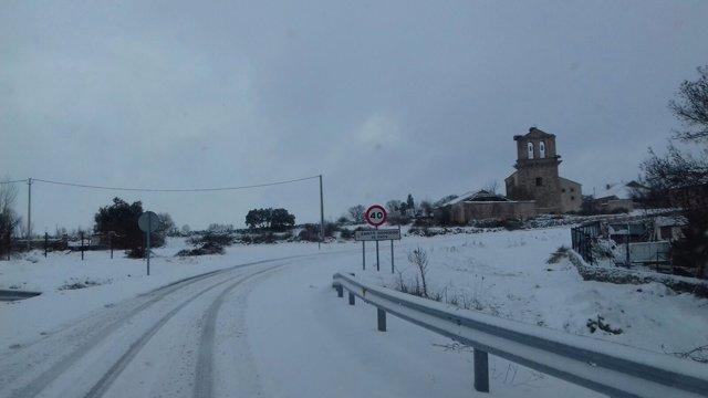 Carretera segoviana con nieve