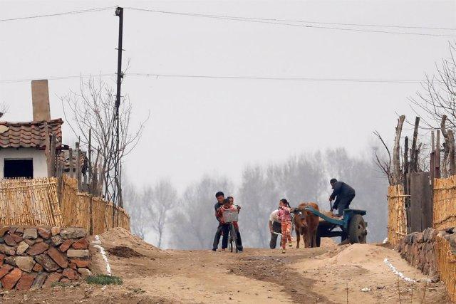 Una familia norcoreana en zona próxima a la frontera con China en el río Yalu