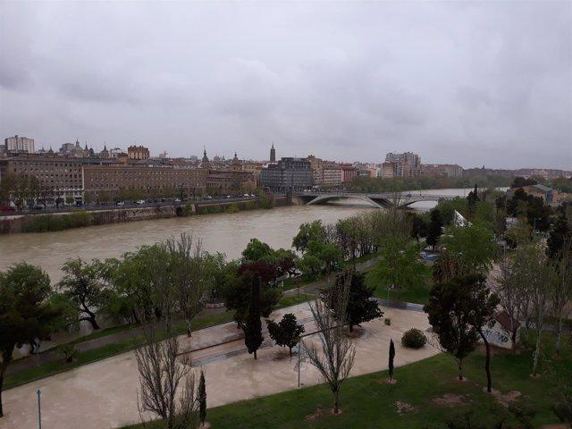 El río Ebro a su paso este jueves por Zaragoza