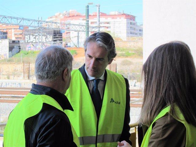 El ministro Íñigo de la Serna en la estación AVE de La Sagrera, en Barcelona