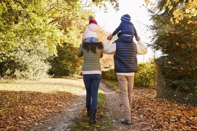 Los paseos en familia ayudan a afianzar el vínculo familiar.