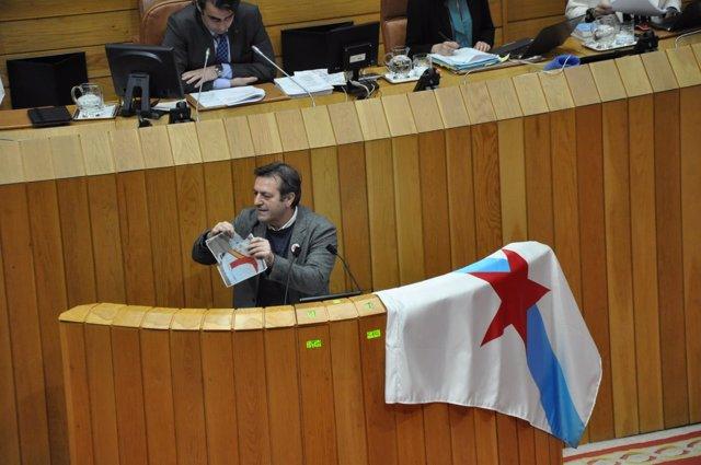 Luís Bará rompe fotos del Rey en una sesión plenaria del Parlamento de Galicia
