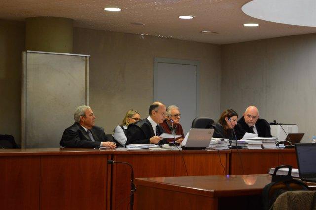 Los socios minoritarios de Benito Arnó, detras de los abogados