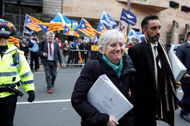 Clara Ponsati llega a la audiencia preliminar en el El tribunal de Edimburgo
