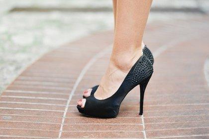 Los podólogos alertan de que abusar de los zapatos de tacón puede ser causa de artrosis en los pies y rodilla