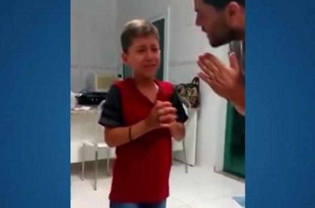Niño con problemas auditivos