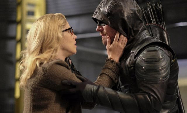 Stephen Amell y Emily Bett Rickards en Legends of Tomorrow