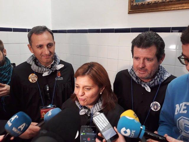 Isabel Bonig atiende a los medios, ante Ciscar y Sánchez
