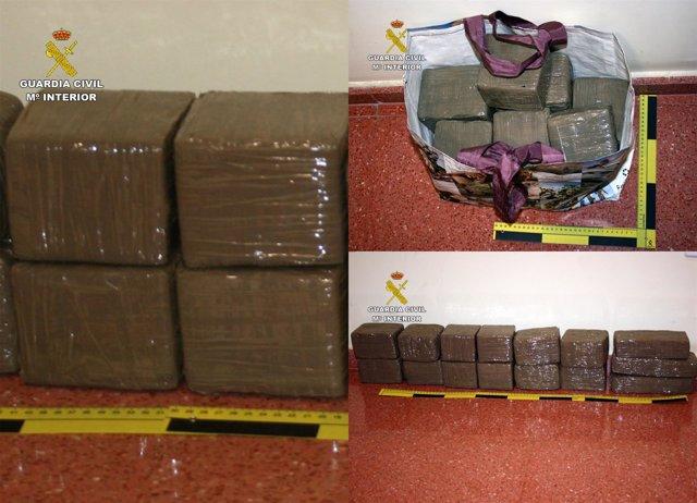 Imagen de la droga aprehendida por la Guardia Civil