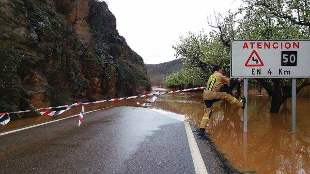 Estado de la carretera CV-601 entre Huermeda y Embid, anegada por las aguas