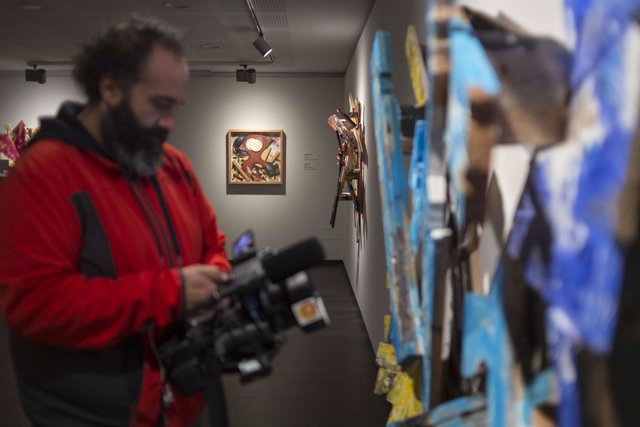 Un operador de cámara toma imágenes de las obras que componen la muestra