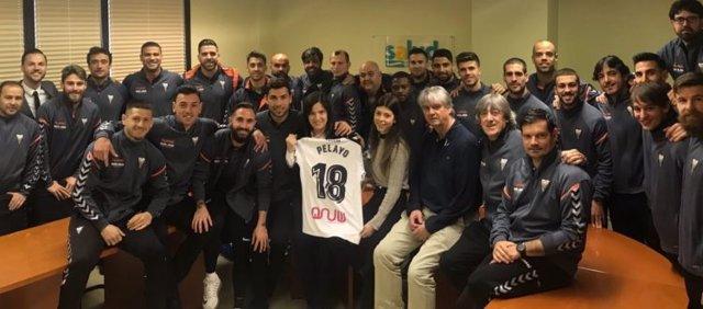 Una representación del Albacete anima a su jugador Pelayo Novo en el hospital
