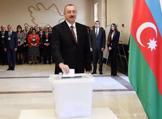 Ilham Aliyev vota en las presidenciales