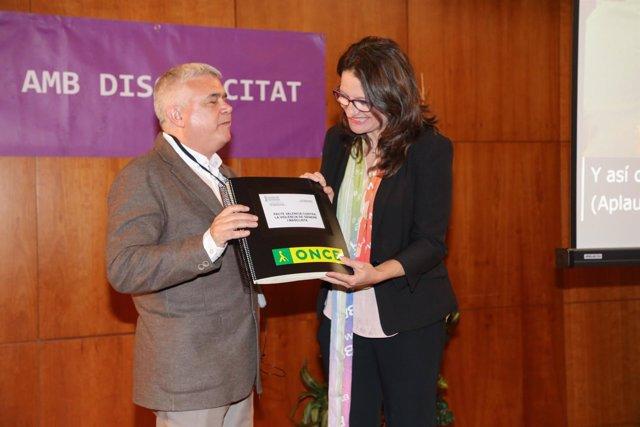 Oltra presenta una traducción al braille del Pacto contra la Violencia Machista