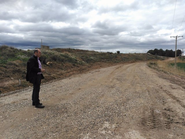 El alcalde de Alcañiz, en el camino que está en obras