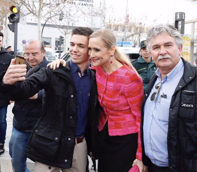 Cristina Cifuentes en Tres Cantos, con vecinos