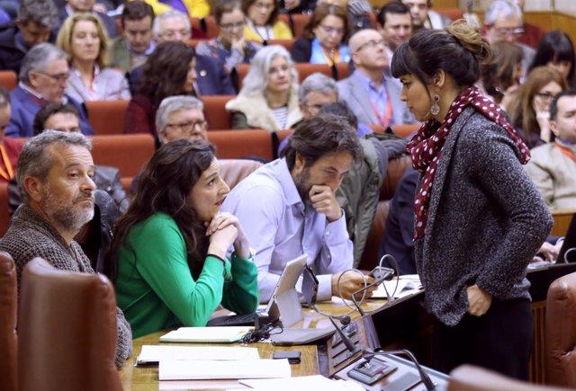 Teresa Rodríguez habla en el Parlamento con Libertad Benítez (Podemos)
