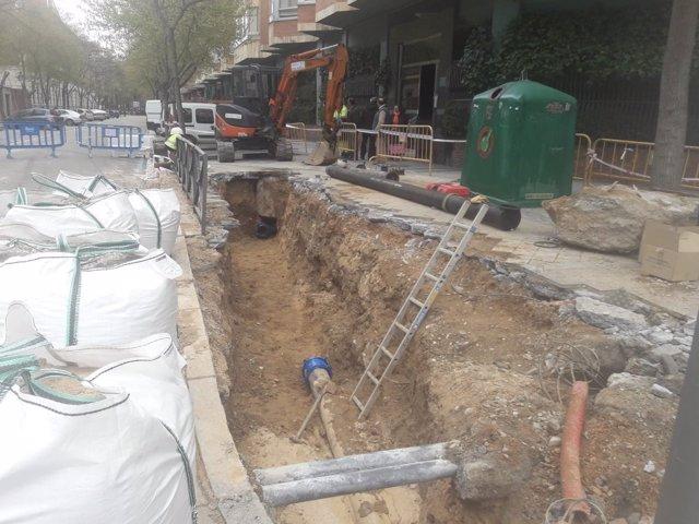 Reparación de la tubería averiada en la calle Maldonado. 12-4-2018