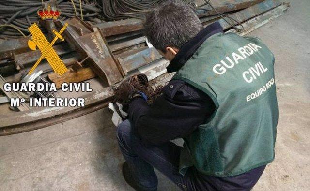 Un agente de los equipos ROCA de la Guardia Civil