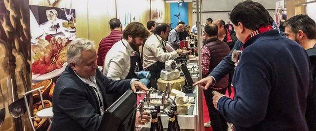 Expositor de la Diputación de Cádiz en una feria gastronómica