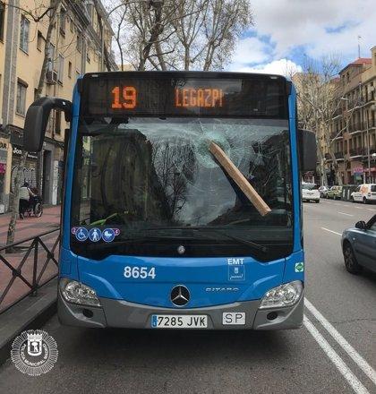 Detenido por agredir a un conductor de la EMT arrojándole un tablón a la luna del autobús